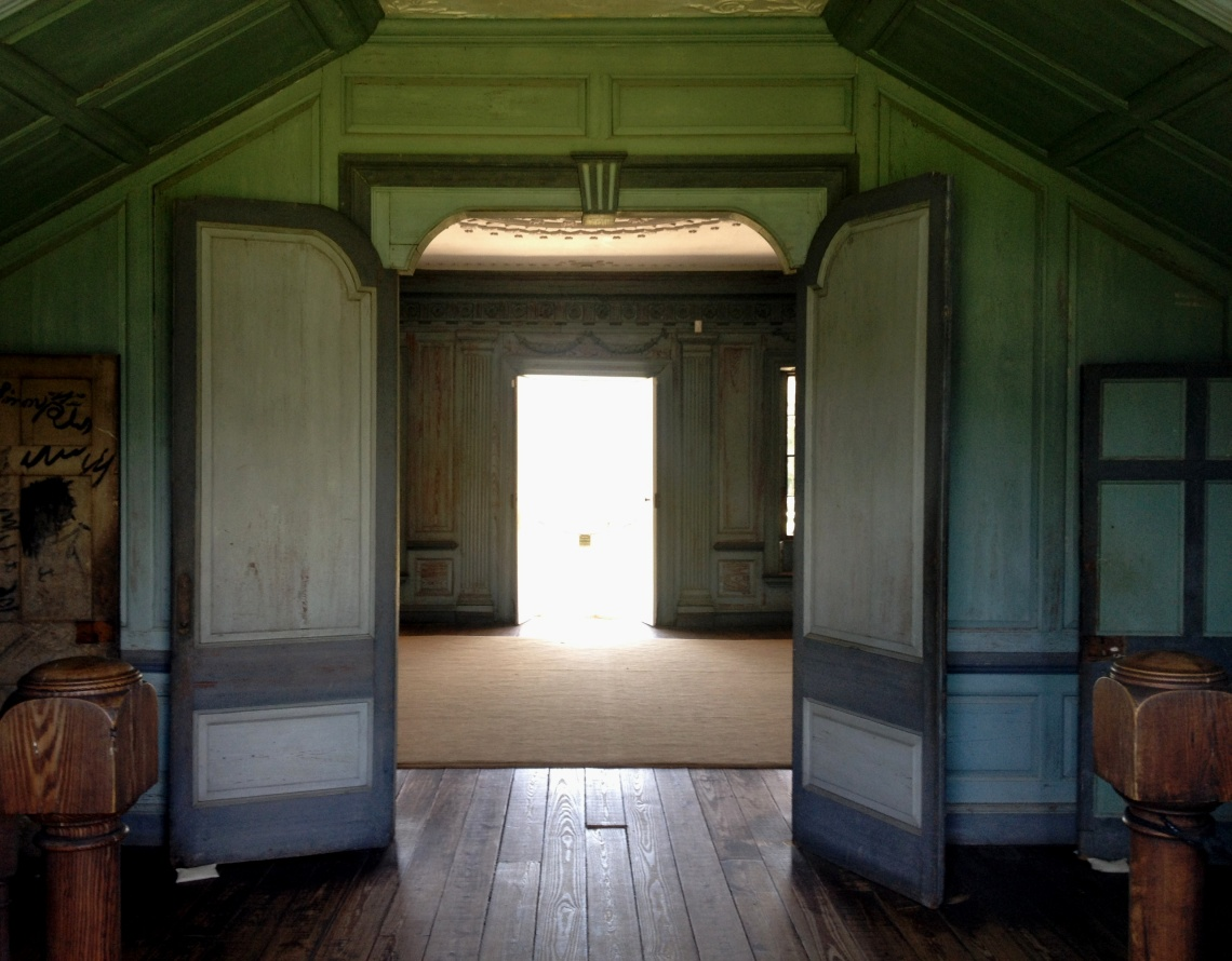 Double_doors_just_inside_back_door_at_drayton_hall